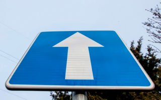 Дорожный знак одностороннее движение — зона действия и штрафы за нарушение