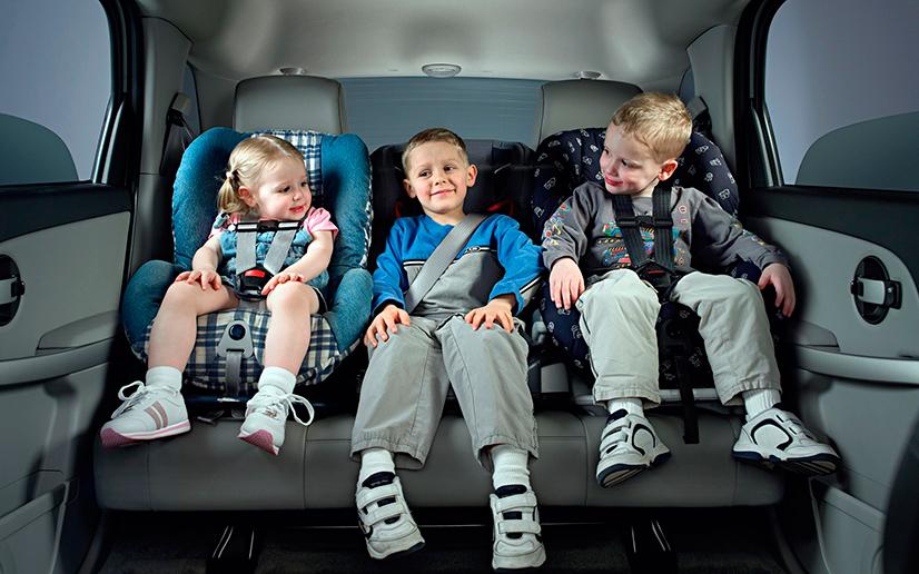 Причем автомобилю даже не нужно получать сильные повреждения, иногда достаточно резко притормозить, чтобы неокрепшее детское тело получило травмы позвоночника или шеи, несовместимые с жизнью.