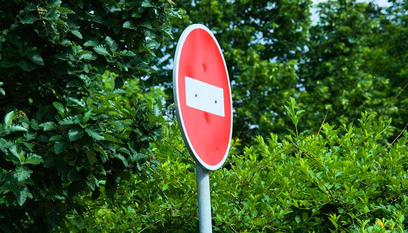 Часто устанавливается около тех дорог, где автомобильное движение одностороннее. Это сделано для того, чтобы понизить риск ДТП, поэтому нарушать такое правило не стоит, может возникнуть аварийная ситуация, за которой последуют плохие последствия.