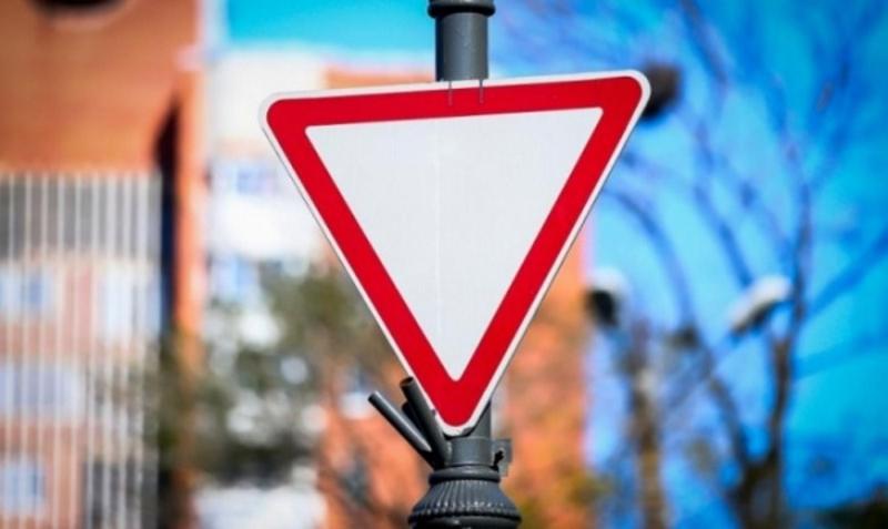 Дорожный знак уступи дорогу - как выглядит и что означает?